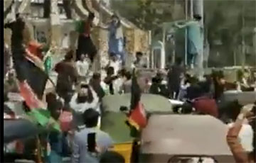 В центре Кабула протестующие сняли флаг «Талибана»