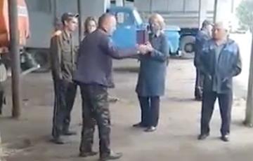 Поклонник Лукашенко: Развалили колхоз, техника стоит без запчастей, а они покупают себе диваны