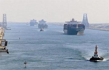 В Суэцком канале снова сел на мель танкер: судоходство приостановлено