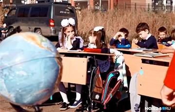 В России провели урок для детей на пустыре, где должны были построить школу