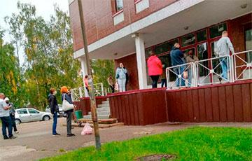 В Марьиной горке люди с температурой по три часа стоят в очереди в поликлинику