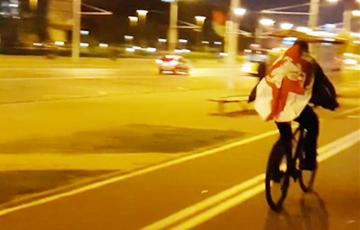 В центре Минска прошел велопробег под бело-красно-белыми флагами