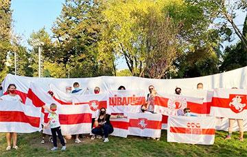 Белорусы Тбилиси вышли на акцию в честь Дня национальных символов