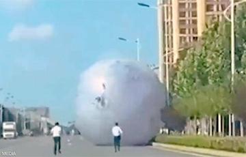 Гигантская надувная луна вызвала хаос на улицах в Китае