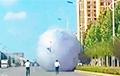 Гіганцкі надзіманы месяц выклікаў хаос на вуліцах у Кітаі