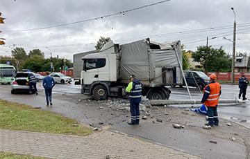 В Минске фура снесла столб, движение троллейбусов парализовано