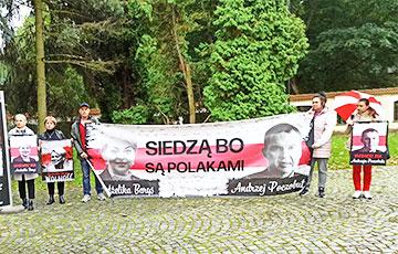 В Белостоке проходит акция солидарности с Анжеликой Борис и Анджеем Почобутом