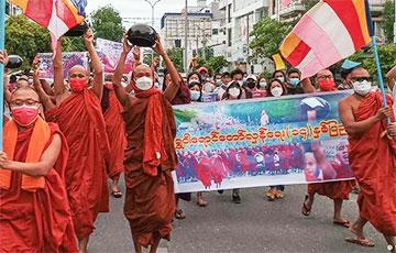 В Мьянме на протест против хунты вышли буддийские монахи