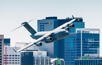 В Австралии самолет пронесся между небоскребами