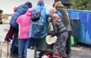 Расейскія пенсіянеры зладзілі цісканіну ля смеццевага кантэйнера з пратэрмінаванай ежай