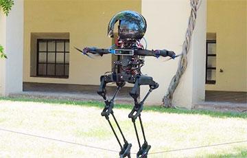 Ходячего робота научили перелетать препятствия и кататься на скейте