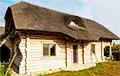 «Это дом для ценителей»: Минчанин построил коттедж с тростниковой крышей