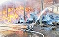 У Лёзна ратавальнікі тушаць пажар на ільнозаводзе: відэа