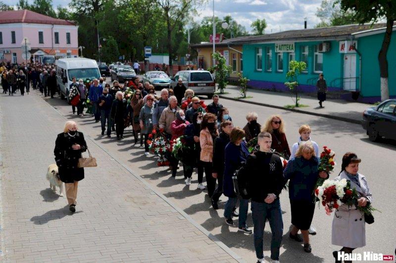 Сотни человек провожают героя Беларуси Витольда Ашурка в последний путь1