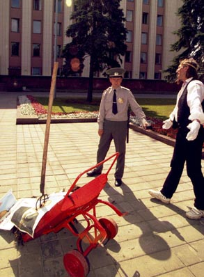 Премию имени Василя Быкова получил художник Алесь Пушкин