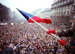 Как рушатся диктатуры: 20 лет «бархатной» революции в Чехии и Словакии (Фото, видео)