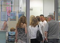 В очереди за валютой на вокзале — 710 человек
