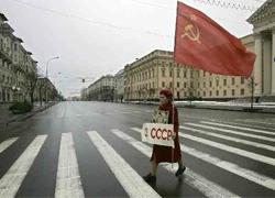 Рабочих заставляют возлагать цветы Ленину
