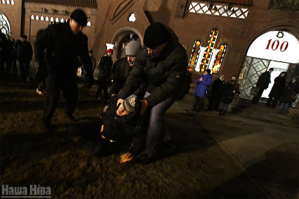 КГБ избивают людей в белорусии