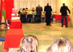 In Minsk at the polling station 141 they are preparing ballots to throw in