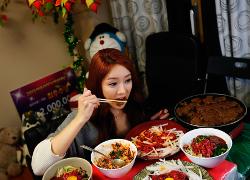 Девушка из Южной Кореи зарабатывает деньги, ужиная на камеру (Видео)