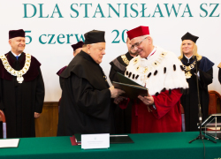 Stanislau Shushkevich honoured with degree of Dr. H. C. by SGH while Mighty God anthem played (Video)