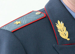 Lukashenka presents general�s shoulder straps to colonels