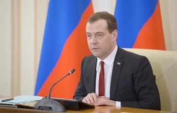Медведев: Мы пытаемся не дать экономике свалиться в штопор