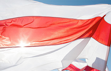 Belarusian Comes To Minsk City Center With White-Red-White Flag