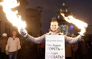 Поджегшего себе руки в знак протеста Михаила Ковко исключают из Академии искусств