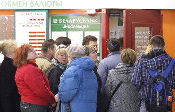 Расставание с долларом: что белорусы в феврале делали в обменниках?