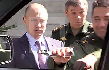 Российский генерал оторвал ручку авто, пытаясь открыть дверь перед Путиным