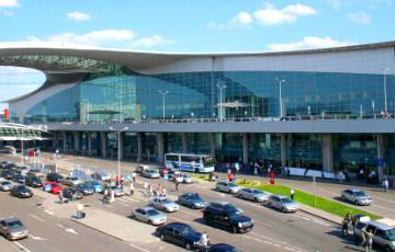В российском аэропорту Шереметьево автомобиль столкнулся с самолетом