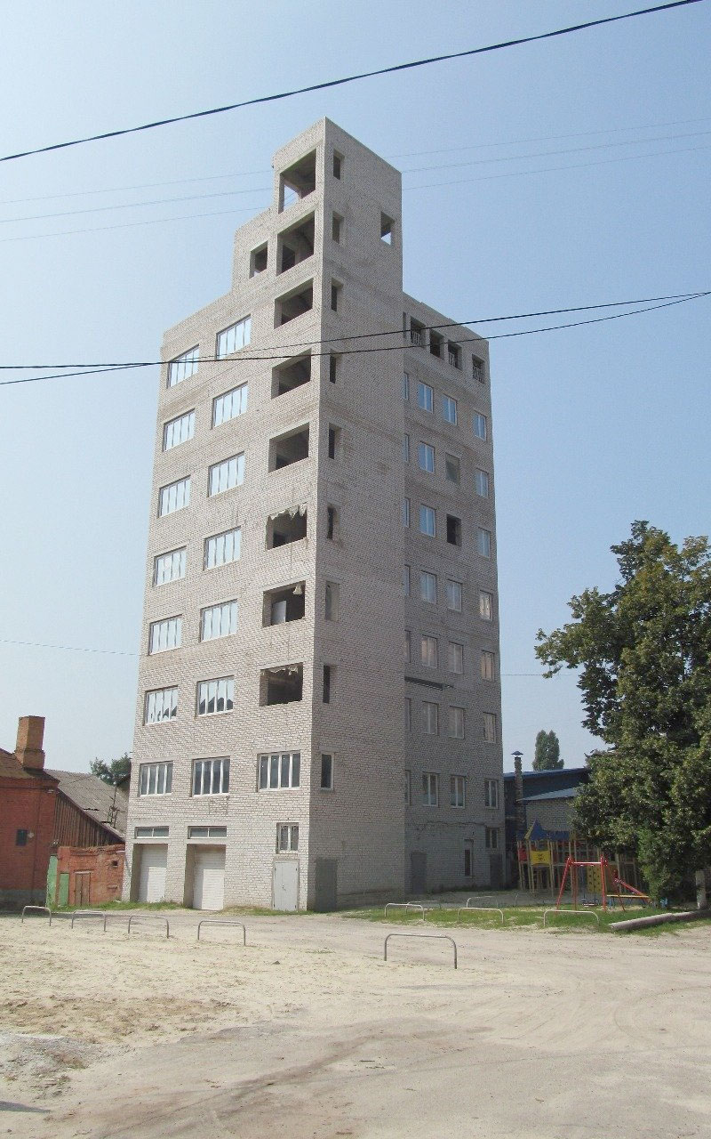 Перестарался: харьковчанин строил гараж-небоскреб