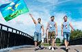 В Минске каратели в черном напали на машину с флагом ВДВ