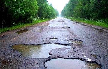 Белорусские дороги сегодня: ямы с арматурой и раскисшее болото