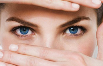 Ученые выяснили, что взгляд в первую очередь привлекает наше внимание