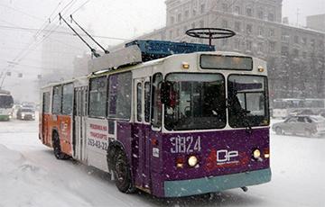 В Минске из-за ветра едва не перевернулся троллейбус