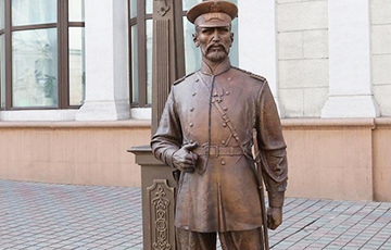 Russians Detained In Minsk For Photo With Tsar Policeman Sculpture