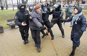 Photo Fact: Three Riot Policemen Attack 81 Year-Old Poet in Minsk