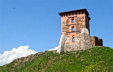 Посреди Новогрудского замка установили фонарь