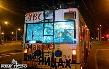 В Гродно неизвестные обстреляли троллейбус с людьми