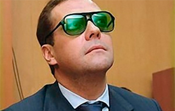 В какой стране живет премьер РФ Медведев?