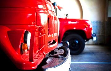 Видеофакт: В Минске горит квартира, а пожарные не могут проехать из-за припаркованного авто
