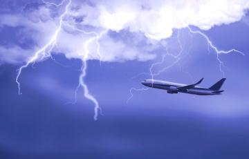 В российский самолет по пути в Сочи попала молния