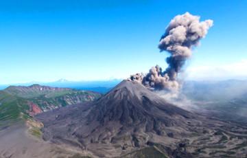 Вулкан на Камчатцы выкінуў слуп попелу на восем кіламетраў