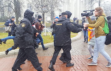 В Беларуси задержаны десятки журналистов