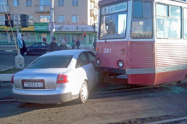 В Витебске трамвай впечатал легковушку в бордюр Легковой автомобиль получил удар в правую переднюю дверь и оказался...