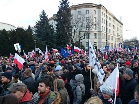 В Варшаве несколько тысяч человек вышли на митинг в защиту демократии