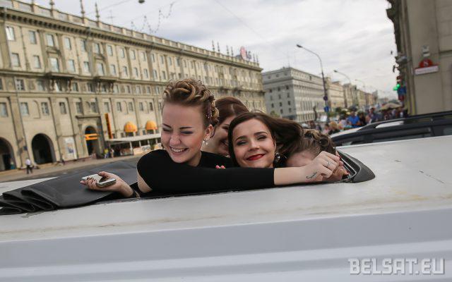 Фотофакт: В Минске выпускники катались на лимузинах